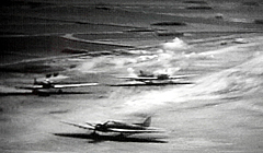 宇佐海軍航空隊への初空襲で、米軍戦闘機の機銃掃射を受けて白煙を上げる駐機中の機体