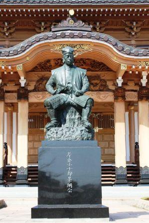 建立された片倉小十郎景綱の銅像