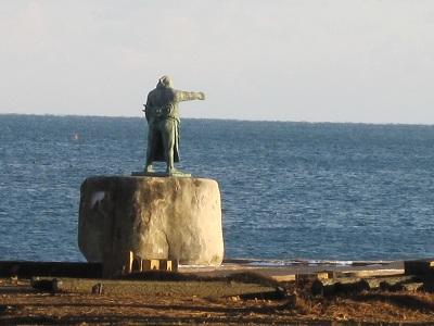 宮城県気仙沼市、岩井崎にある秀ノ山雷五郎関の等身大の銅像、平成23年(2011)の東北地方太平洋沖地震による大津波に呑み込まれたものの流出する事はなかった