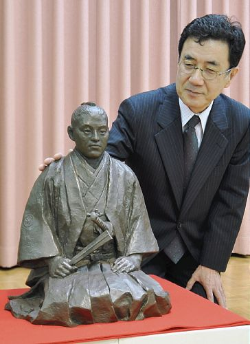江里さん(右)が制作した武市像
