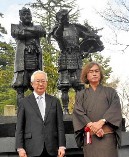 『天地人』原作者の火坂雅志さん(右)と上杉家現当主の上杉邦憲さん(左)