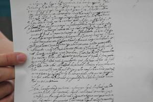 宣教師の書簡の写し。指で指している部分に高山右近の娘ルチアら3人の帰国の記述がある