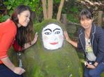 化粧直しされる石像
