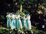 聖母マリア像を担ぎ、乙女峠を目指す乙女たち