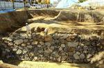高さ2・8m、南北14・5mにわたって確認された指月城とみられる石垣と堀跡