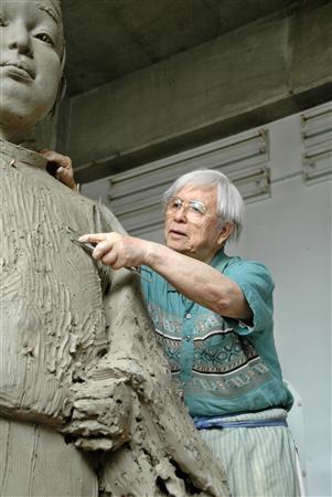アトリエで豊臣秀頼の銅像の制作に取り組む中村晋也さん
