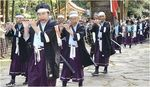 143年を経て鳥取に凱旋し、樗谿神社に参拝する山国隊軍楽保存会による軍楽行進